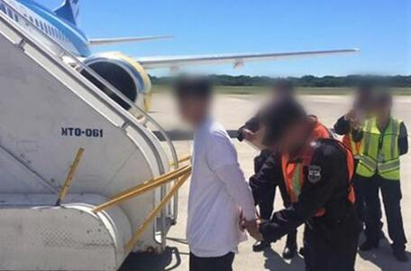 ICE remueve a 5 fugitivos buscados en El Salvador por varios crímenes, incluyendo asesinato con agravante