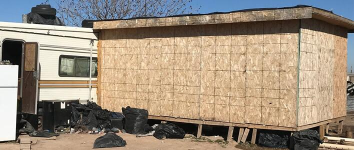 ICE descubre a 67 extranjeros indocumentados, incluyendo a 6 adolescentes no acompañados, en condiciones deplorables en un cobertizo en NM
