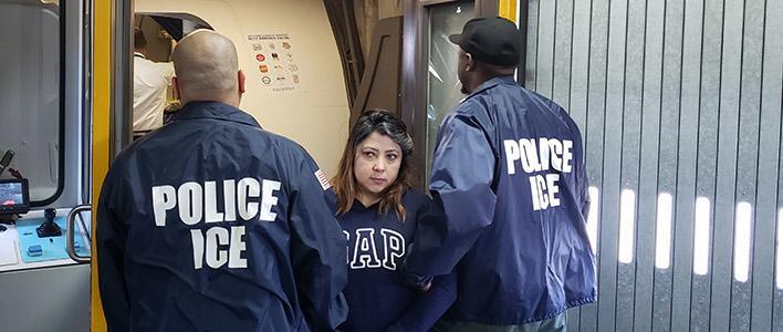 Nacional ecuatoriana removida de EE. UU., buscada en país de origen por fraude