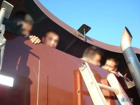 Extranjeros indocumentados siendo contrabandeados hacia EE. UU. en la cabina de un camión de remolque.