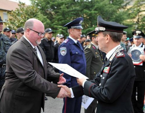 GS Tom Welch, HSI Phoenix, receives a certificate for his contribution to European Police Services Training in Vicenza, Italy.