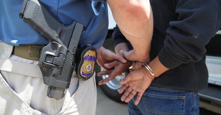 ICE El Paso arresta a hombre de la India tras completar su pena de prisión de 10 años por instigar a una niña a tener relaciones sexuales