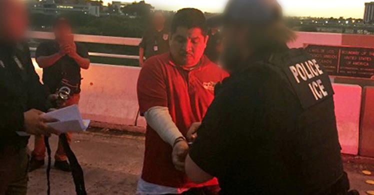 ICE deporta a hombre buscado en México por asesinato
