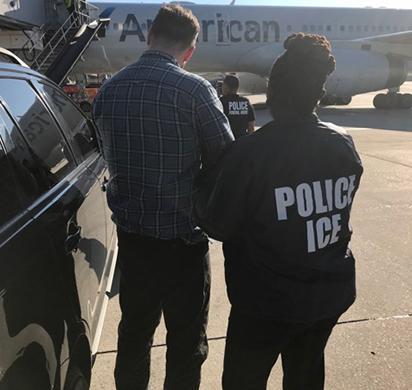 """Oficiales de ICE ERO removieron a Andrew Wall, un nacional irlandés y miembro del sindicato del crimen organizado """"Cock-Wall Gang"""", el 19 de junio y lo transfirieron a la custodia de autoridades locales en el Aeropuerto de Dublín en Irlanda."""