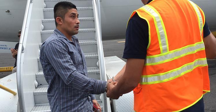 Oficiales de ICE en Houston deportan a miembro de pandilla salvadoreño buscado por su participación en organización terrorista