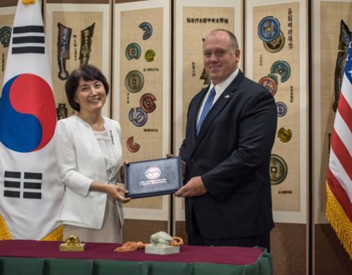 ICE devuelve sellos reales valorados en $1,500,000 a Corea